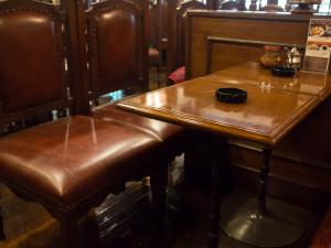 青山壹番館 重厚なテーブルと椅子