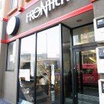 コーヒースタンドのような外見だけど中はレトロ「フロンティア」